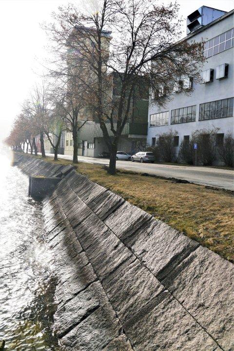 Steinlagt: Svært få vet at disse granittsteinene kom fra tårnhusene da de ble revet. Muren har en lengde på 65 meter.