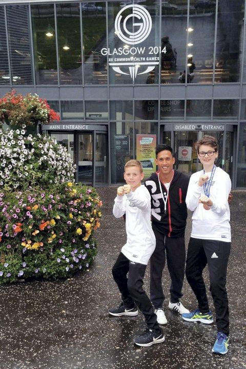 I SKOTTLAND: Trener Robin Bergli hadde med seg Thea Emilie og Theodor Engvik Aasen da Tustna Taekwondoklubb var med i Scottish Open.