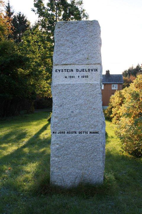 Bautaen over Eystein Gjelsvik.