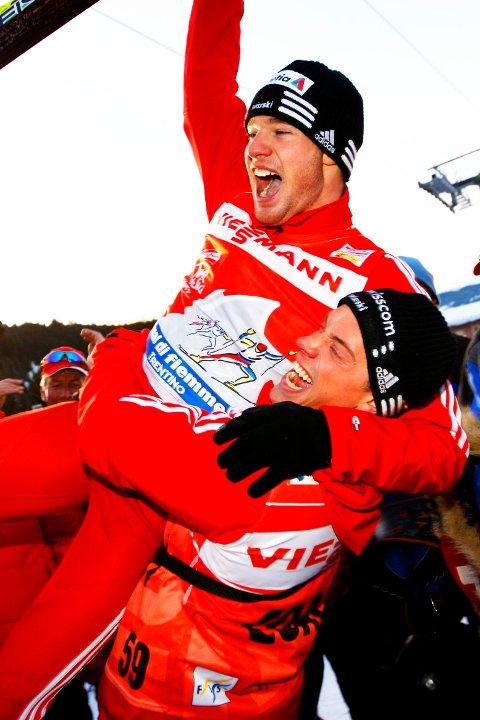VAL DI FIEMME, ITALIA 20090104: Dario Cologna fra Sveits blir feiret av sin norske trener Fredrik Aukland og sveitsiske fans etter seieren i Tour de Ski. Foto: Håkon Mosvold Larsen / SCANPIX