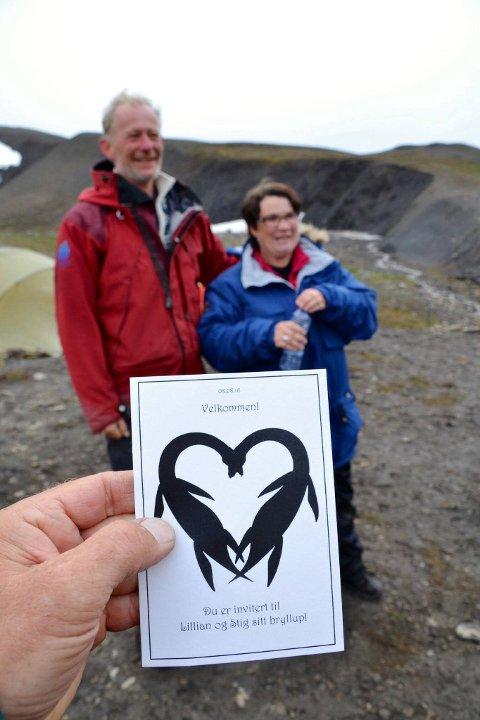 INVITASJON: Monogrammet på invitasjonen er tegnet av Nemi-tegneren Lise Myhre, og viser et hjerte av to øgler, forteller Stig og Lillian Larsen.