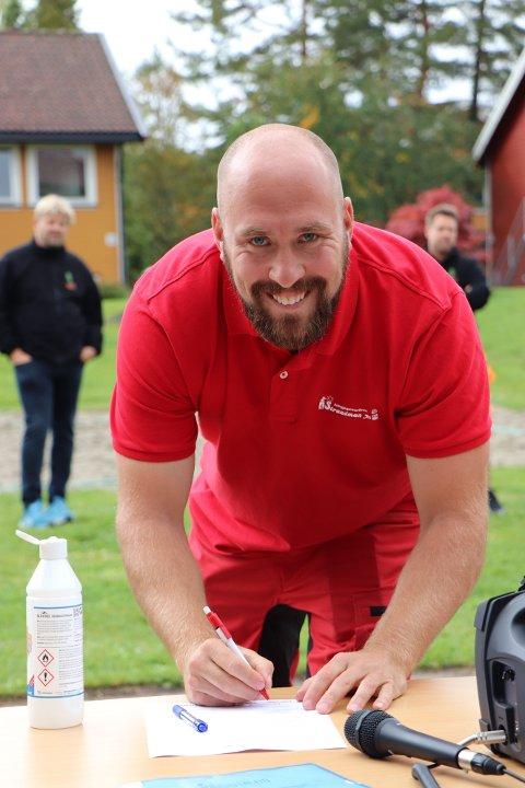 Ruben Høie fra Strandman AS signerte den 9. september en ny samfunnskontrakt mellom skoler og bedrifter på Gjennestad