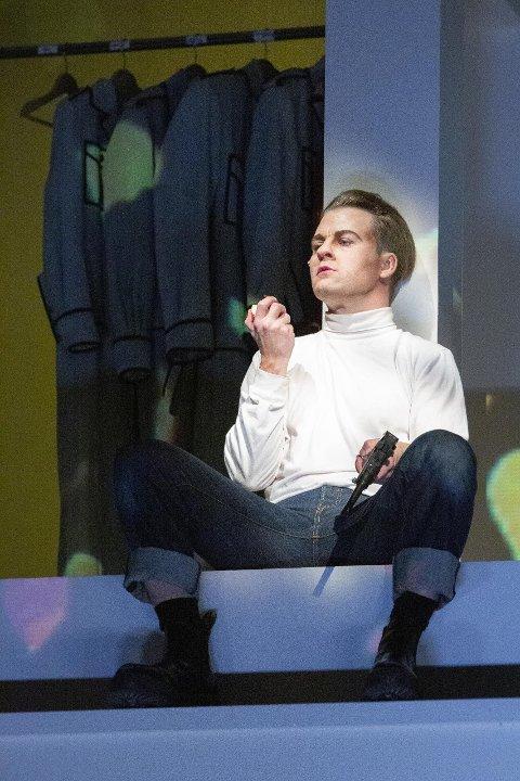 SKOMAKERSØNNEN: Kenneth Homstad har fått utfordringen med å spille Gestapo-agenten og skomakersønnen Henry O. Rinnan i «Leksikon om lys og mørke». Foto: Marco Villabrille.