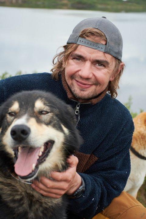 UTELIV: Jens Kvernmo og hunden Bamse trives best med livet ute i friluft.