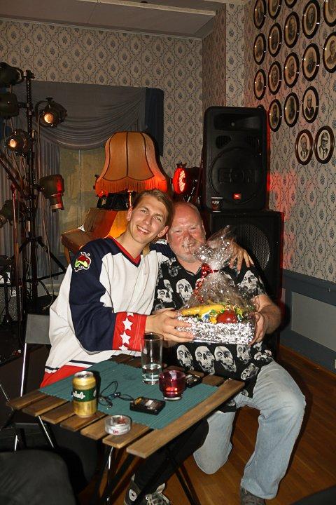 FRYNSEGODER: Siden det ikke var solgt en eneste inngangsbillett bestemte Frants Notevik Ellingsen at konsertens faste fruktkurv denne gangen skulle gå til artisten selv.
