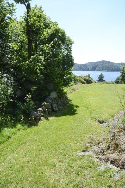 Innmark: Turstien kommer inn på plenen på Morten Hennums eiendom. Huset ligger rett til høyre.Foto: Mette Urdahl