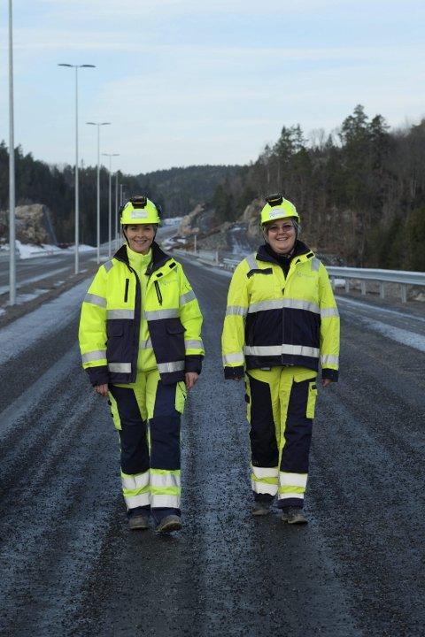 Lite trafikk: Bortsett fra en og annen stor anleggsmaskin er det foreløpig ganske stille på den nye E18. Her er Nye Veiers Camilla Rose Lund (t.v) og Imi Vegge ute på omvisning. Foto: Siri Fossing