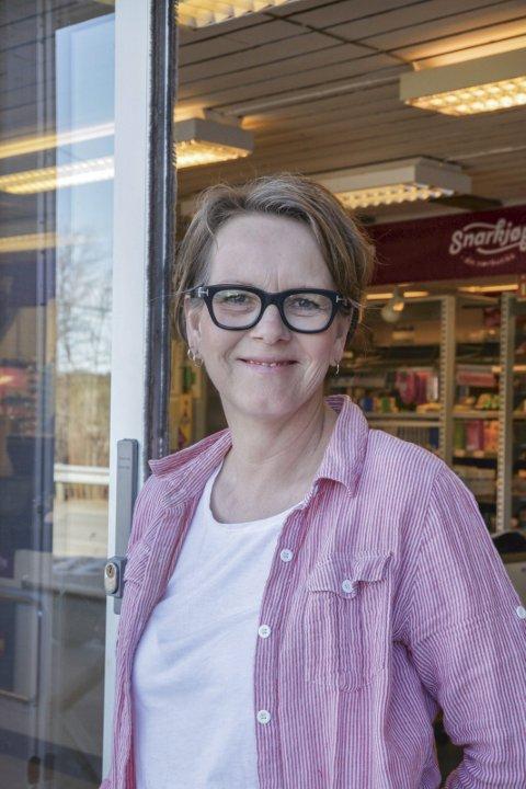 Fra kafè til dagligvare: Tone Larsen Brekke har drevet både blomsterbutikk, kjøkken- og interiørbutikk og kafè. Nå er det dagligvare på Gjeving. Foto: Ida M. Haugen