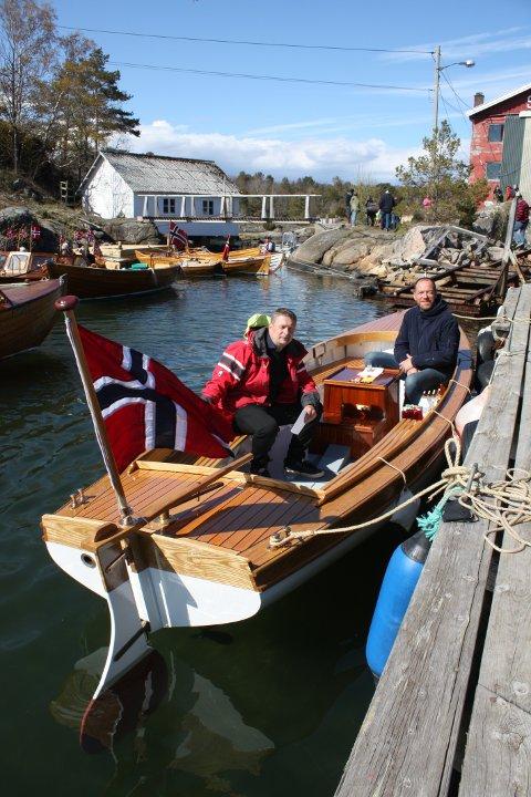 Knut EivindLøvdal(tv) har vært prosjektleder, pådriver, søknadsskriver, motorbygger, innkjøper og montørfor prosjektet. Eric Amundsen (th) på Sandøy Båtbyggeri har bygget giggen.