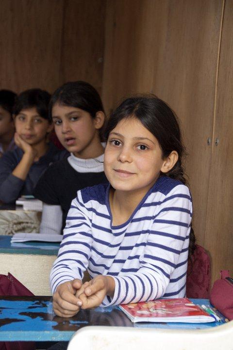 Bara'a, 10 år, flyktet fra Damaskus til Libanon med sine fire søsken og foreldre. Hun fikk bare gått et år på skolen i Syria før de måtte flykte. Nå har hun startet skole for andre barna i leiren, mens de venter på en ordentlig skole. Hun elsker å lære og å tegne.  Matsituasjonen er dramatisk endret, og familien er avhengig av matpakkene de får fra Røde Kors.. Flyktningeleiren i Ketermaya, nær hovedstaden Beirut, mottar hjelp fra det lokale Røde Kors LRC (medisiner og mat). Leiren har 355 flyktninger, 58 familier.