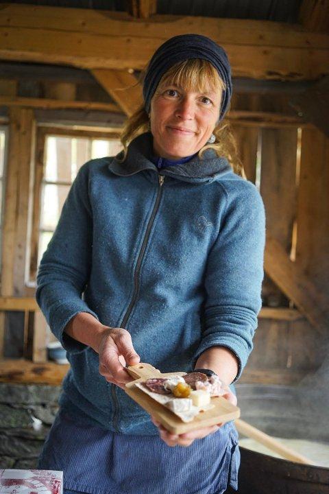 FAT MED SMAK: Kathrin Hofmann Aslaksby viser frem fatet med smaksprøver gjestene kan kjøpe.