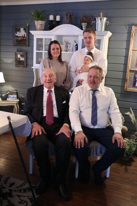 Fem generasjoner: Pappa Jon Andre Stensæter med Ellinor. Ved siden av står bestemor Monica Stensæter. Foran sitter tippoldefar Gudbrand Stensæter og oldefar Knut Stensæter. Foto: Privat