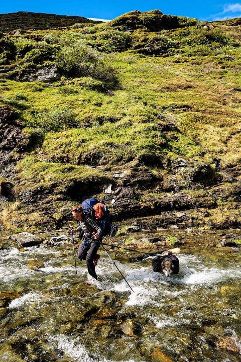 Mye elver: Nord-Norge er preget av mange elver man må krysse, og Marie og Erle har til tider måttet vasse med vann opp til knærne.