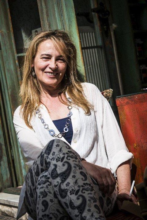 DRIVER KAFÉ: Kaféeier Diana Dfirlo er en av mange som nyter godt av den voksende turistindustrien. Jeg husker denne gaten som en krigssone, forteller hun. Det er utrolig hva som har skjedd siden den gang.