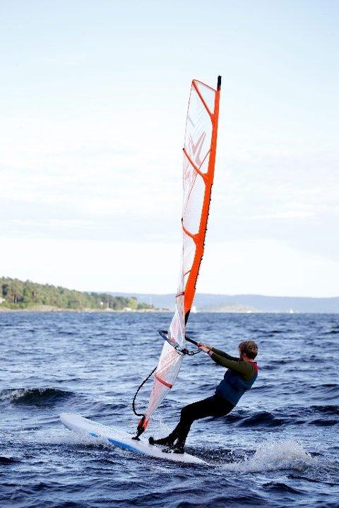 KONTROLL: Instruktør Fredrik Føyen har holdt på med brettseiling i 15 år.