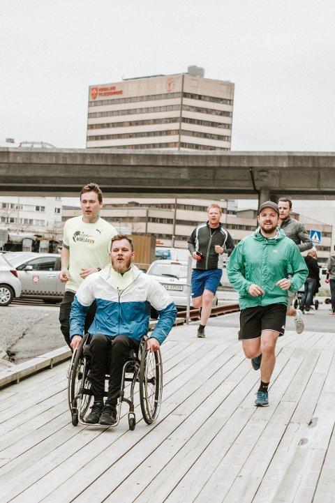 Team Richard: Richard Heltzer (27) deltok for andre året på rad i rullestol i Wings for life. — Det er et flott arrangement for forskning som kan hjelpe, sier Richard.