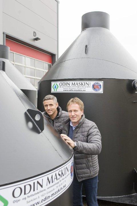 Det er dimensjoner på oljeutskillerne Odin Maskin lager for kundene. Salgssjef Jon Petter Martinsen (til venstre) og daglig leder Frank Magnussen.