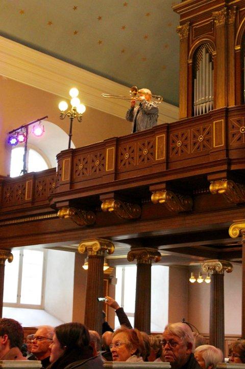Jan Inge Melsæter startet konserten bakerst i kirken.