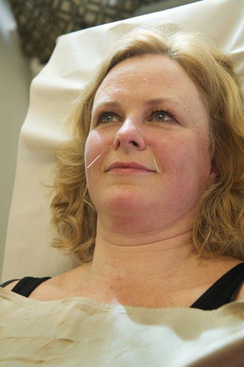 Anette Røsjorde får behandling mot pollenallergi.