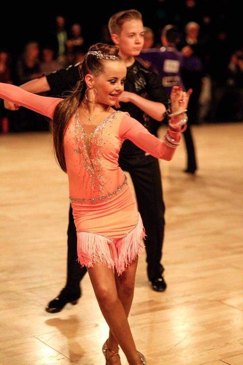 - Celine og Rasmus har danset noen år lengre, og har også deltatt i internasjonale konkurranser med fine resultater. Foto: Privat