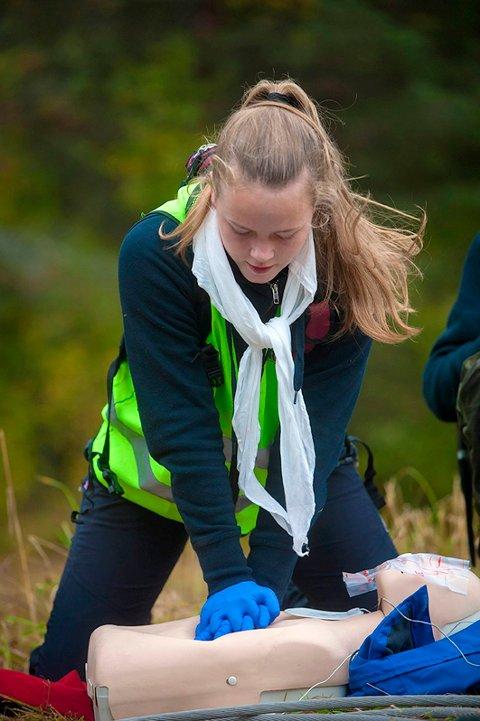 ILDSJEL: Ingrid Sofie Thiis utfører livreddende førstehjelp under Distriksmesterskapet i vår.
