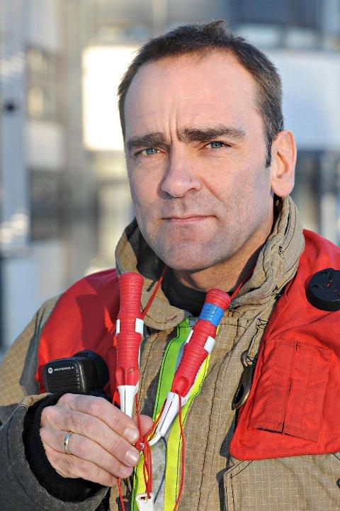 Tore Rakvåg fra Kongsberg brann- og redningstjeneste ber folk tenke på underlaget før man lager bål i skog og mark. Ikke før 15. april gjelder det generelle bålforbudet.