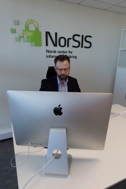 Administrerende direktør i NorSIS, Roger Johnsen, forteller at det er en sterk vekst av svindler i sommer, både mot privatpersoner og bedrifter.
