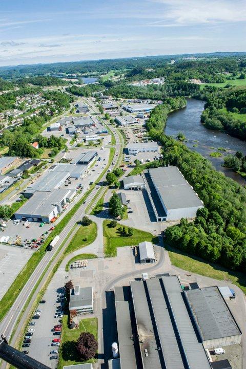 Flyfoto fra 2014 viser Elveveien fra Faret/Stubberød mot Kverken