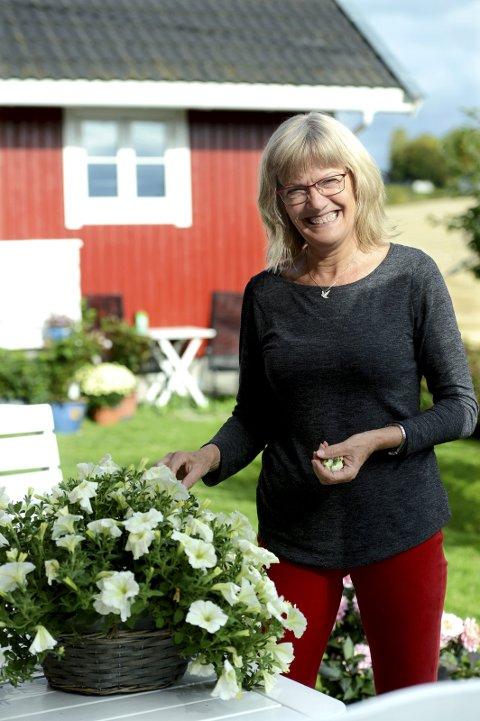 KLAR FOR HØSTEN: Karin Andersen koser seg med å stelle i hagen hjemme. Der får hun påfyll til å gi alt på Stortinget i fire år til.