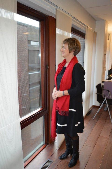 TRENGER MER TID: Ommøbleringen av folk i nye Sandefjord drar ut. Prosjektleder Gudrun Grindaker jobber med å plassere arbeidsplasser i Andebu.