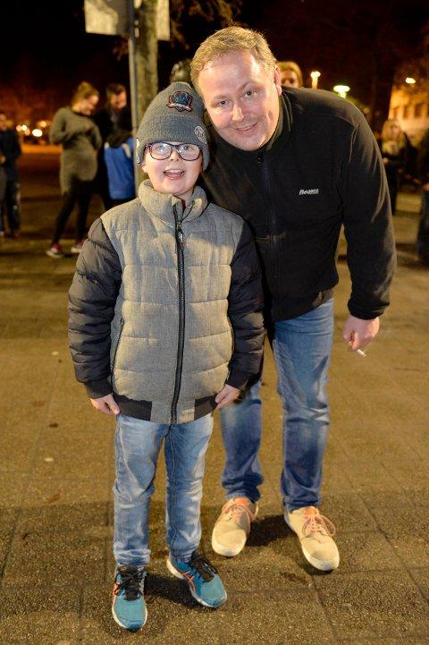 TRYGGERE: Julian Johansen Hovet på 9 år og Roar Hovet likte godt at det var kommunen som sto for det meste av fyrverkeri på brygga.