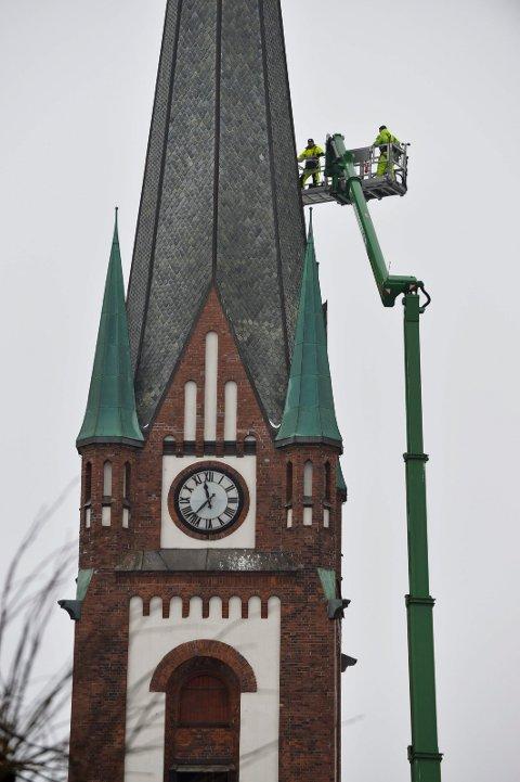 SJEKKER: Hele tårnet ble inspisert før blikkenslagerne konstanterte at alt så bra ut.