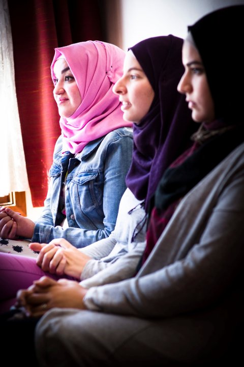 MUSLIMER: Doaa Khadir (fra venstre), Nour Abu Rashid og Farah Abu Rashid møts i moskeen i Tønsberg.
