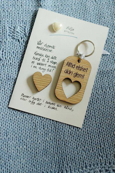 HNDLAGET I EIK: Jannike Lunde har laget nøkkelringen «Georgs gave». Det eutskårede hjertet kan legges i kista til en som skal begraves. Det tomme hjertet beholdes som et håndfast minne.