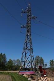 HØY MAST I STÅL: De nye mastene mellom Stangeby og Kalvetangen blir tilnærmet lik denne masten som står rett ved Stangeby transformatorstasjon. Foto: Kjell Løyland