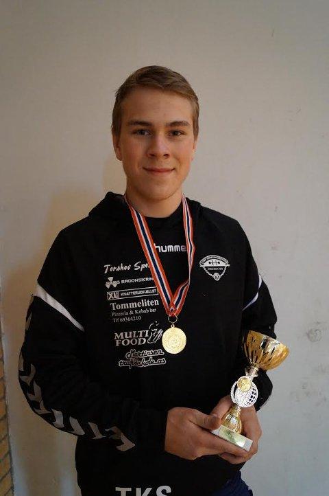 NM-GULL: Tobias Krå Simonsen med pokalen og medaljen som viser at han vant NM-gull lørdag, et gull han tok uten å tape et eneste poeng. (Foto: Privat)