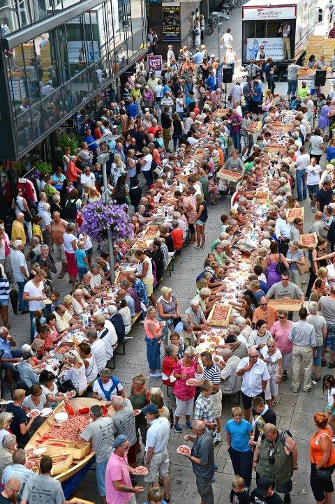 FULL FEST: Slik så det ut da flere tusen mennesker møttes for å slå verdensrekorden i rekeservering i juli 2013.