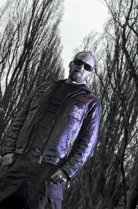 VERDEN RUNDT: Morten Bergeton Iversen reiser verden rundt med svart metal-musikk.