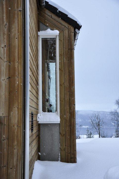 FINT LYS: Høye vinduer får både morgen- og kveldssola inn.