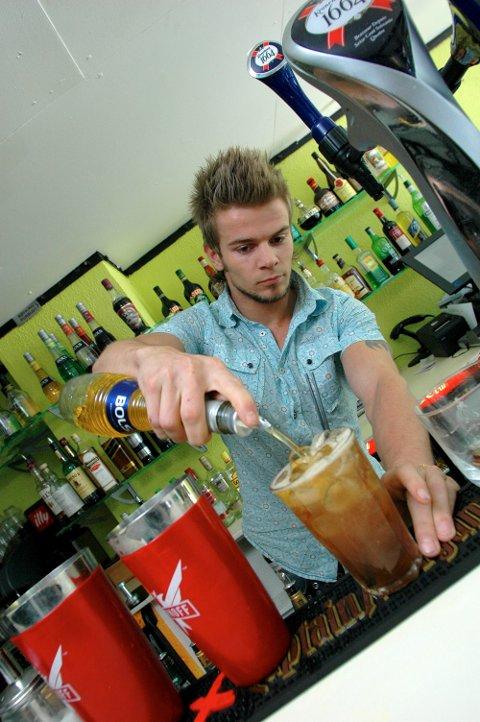 TIDLIGERE LIV: Tommy Hagen, mens han var bartender på Innimellom i 2007.