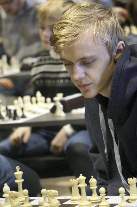 Norgesmester: Mathias Hoel (15) fra Trofors vant NM i hurtigsjakk klasse B i helga. Nå skal han på turnering i Tsjekkia med Simen Agdestein som reisefølge.  Foto: Anniken Vestby