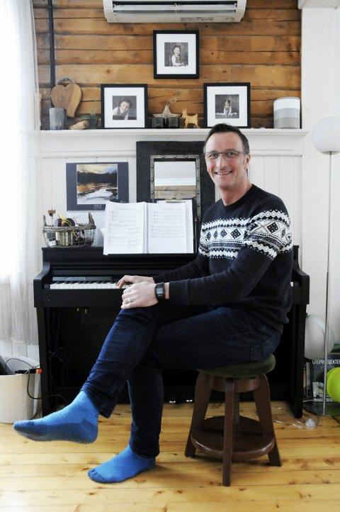 NESTEN HEMMELIG: Lars Tollefsen spiller ganske mye på pianoet, men kun med de nærmeste som publikum. Denne helga skal Lars imidlertid synge for betydelig flere.