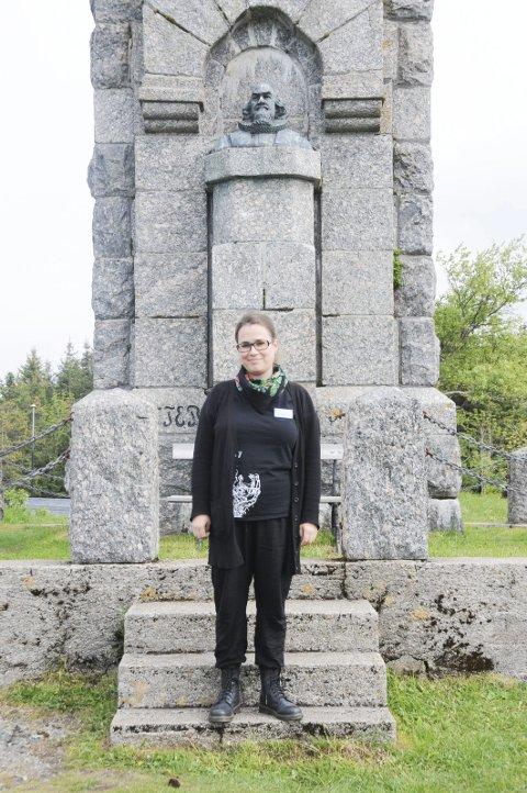 RAKE RYGGER: «Vær hilset, Herr Petter til Alstahaug, der du står i ditt landskap mot leia», synger Halvdan Sivertsen, en av gjestene Johanne Markvoll ønsker velkommen i helga.