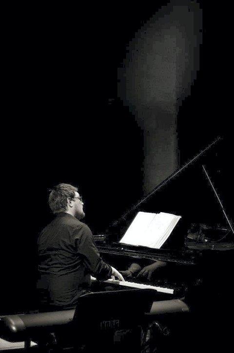 TANGENTER: Helge Wahl Flatland bidrar også musikalsk i Kongsberg kirke lørdag.