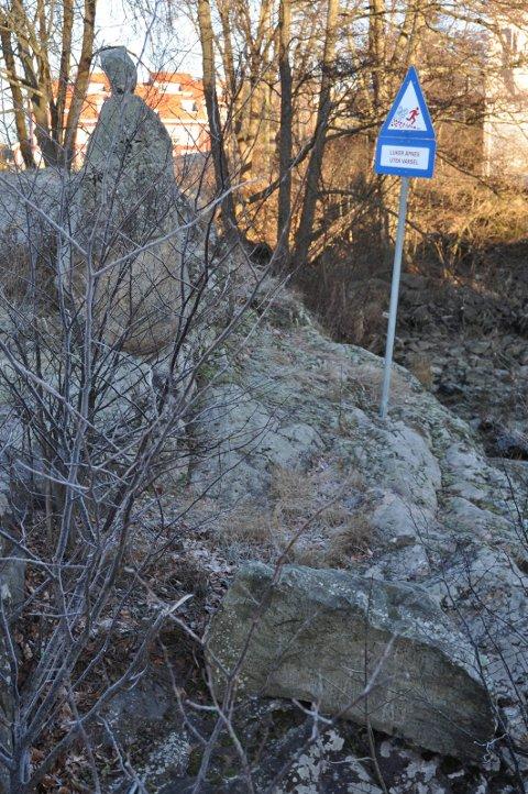LIGGER NEDE: Den ene skulpturen har falt ned i Mosseleva rett ved Storebro.