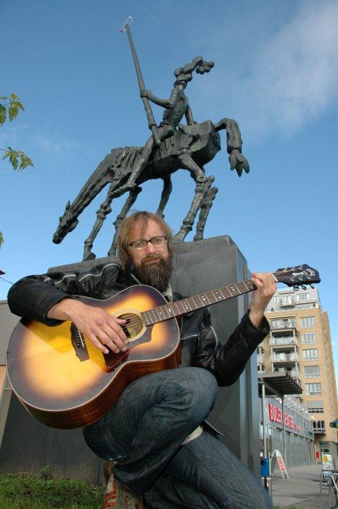 TO STATUER: I tillegg til statuen ved T-banen finnes det en Don Quijote utenfor Bøler senter, laget av Fritz Røed. Her med en annen bølerprofil, artisten Egil Hegerberg. Arkivfoto