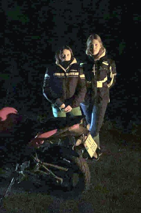 STOPPET: Thea (t.v.) og Celine stoppet og gikk av motorsykkelen ved Langnes onsdag kveld etter at de merket at den oppførte seg skummelt.