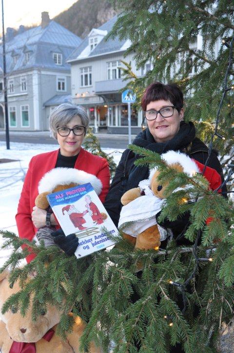 """SAMLING: Lørdag 22. inviterer Rjukan bibliotek til høytlesning og kosestund med bamsene. Det forteller Sanja Pasovic (tv). Biblioteket har engasjert Ruth Nielsen (th)  til å lese fra blant annet """"Snekker Andersen og Julenissen"""""""