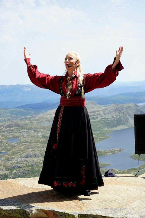 Skuespiller Jeanne Bøe tolker Ibsens Peer Gynt på Gaustatoppen sommeren 2019.