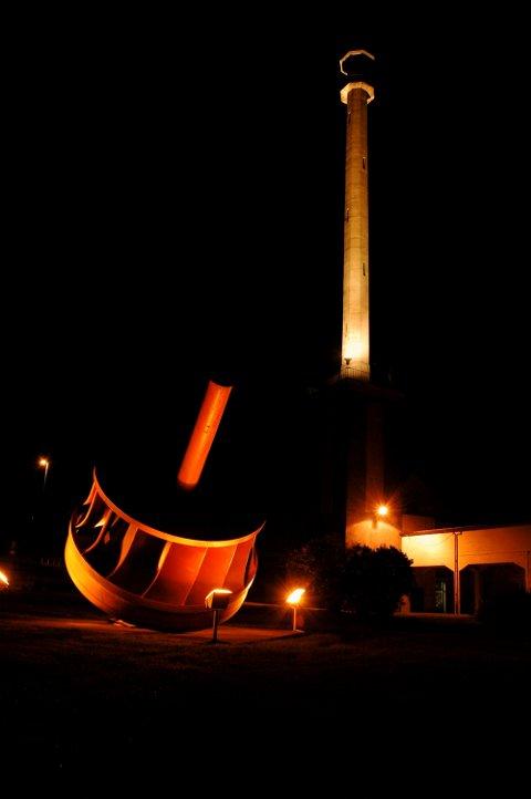 PRAKTFULL: Minareten i Hydroparken er et praktfullt landemerke når den er lyssatt. Snart kommer lyset tilbake. Lampene er til utbedring.